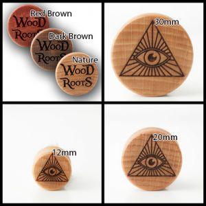 Eine Zusammenstellung an Bildern von Plugs mit dem Motiv des Allsehenden Auges.