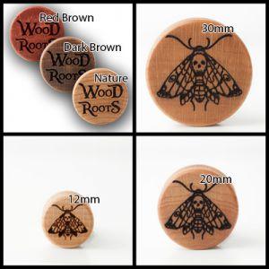 Eine Kollage aus vier Bildern. Zu sehen sind die unterschiedlichen Holzarten der Plugs und das Motiv eines Totenkopfschwärmers.