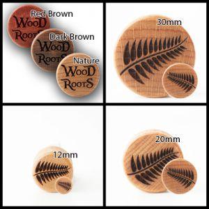 Eine Kollage von vier Bildern. Oben links sind die Fabrvarianten der Holzplugs zu sehen, auf den anderen drei Bildern die unterschiedlichen Größen mit dem Motiv eines Farns.