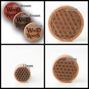 Eine Kollage von vier Bildern. Auf einem Bild sind die Varianten der Holzarten, auf den anderen drei Bildern helle Holzplugs mit dem Motiv der Blume des Lebens.