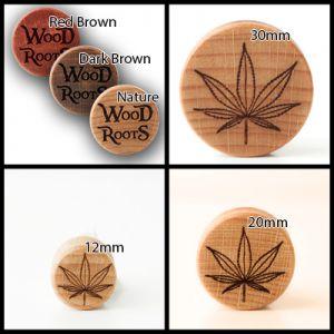 Eine Kollage von vier Bildern. Oben links sind die Varianten der Holzarten der Plugs zu sehen, auf den anderen drei Bildern das Motiv Hanf auf einem hellen Holzplug.