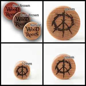 Eine Kollage von vier Bildern. Zu sehen ist auf einem Bild die Varianten an Holzplugs, auf den anderen vier Bildern das Motiv Frieden auf hellem Holz in unterschiedlichen Größen.