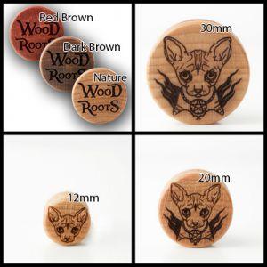 Eine Kollage aus vier Bildern, jeweils mit weißem Hintergrund. Auf dem einen links oben sind die unterschiedlichen Farben der Holzsorten zu sehen, auf den anderen drei Bildern das Motiv der Sphynx auf hellem Holz.